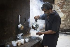 Vanzator de ceai pe strazile din Varanasi Benares, India
